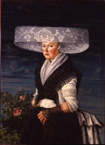 Portret van een vrouw in Fries kostuum; woman in traditional costume wearing a gold head ornament beneath her huge lace cap, Friesland, the Netherlands, 1780-1790