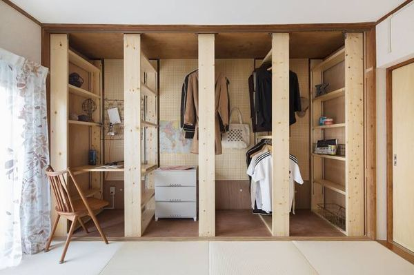 {w} Nice idea for wardrobe and shelves area.