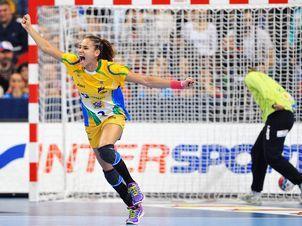 Alexandra Nascimento comemora depois de marcar durante a partida final do Campeonato Mundial de Handebol Feminino entre Brasil e Sérvia, na Arena Kombank, em Belgrado (Foto: Andrej Isakovic/ AFP)