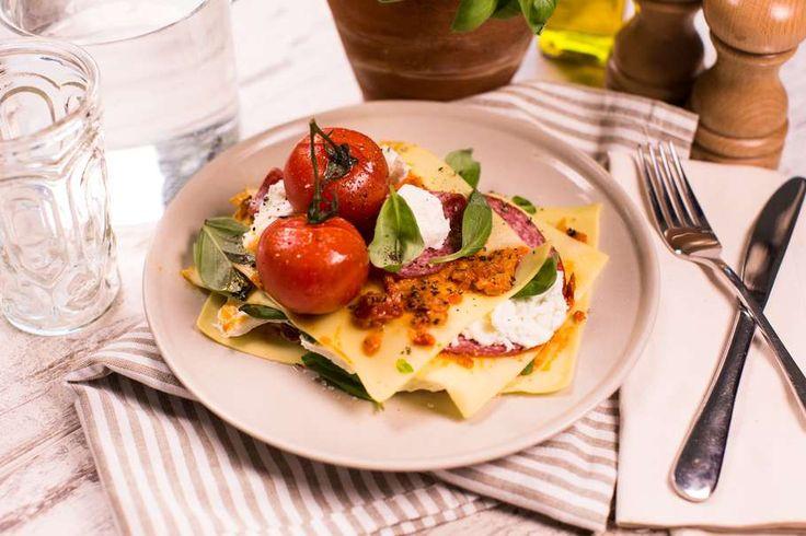 Recept voor open lasagne voor 4 personen. Met zout, olijfolie, peper, aluminiumfolie, salami, mozzarella, lasagnebladen, tomaat, basilicum en Bruchetta spread