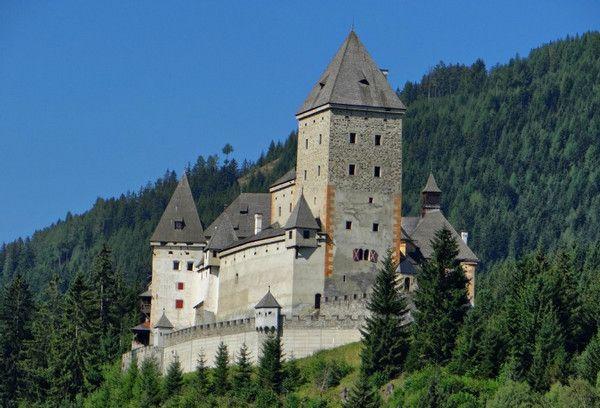 Построенный в 12 веке замок Мушам ещё известен как Замок ведьм. Когда-то это здание было местом самых кровавых судов над ведьмами. В 1675-1687 гг. тысячи женщин были осуждены за колдовство и приговорены к смерти. Их подвергли пыткам и казнили, обезглавив в стенах замка.