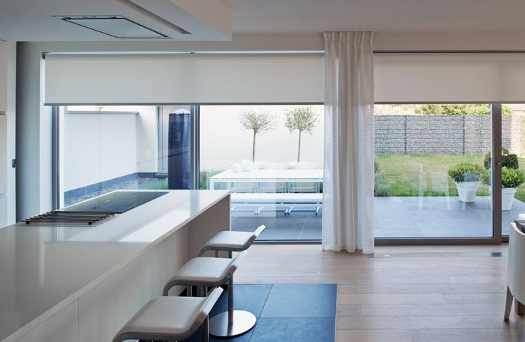 25 beste idee n over grote ramen gordijnen op pinterest for Verduisterende raamfolie