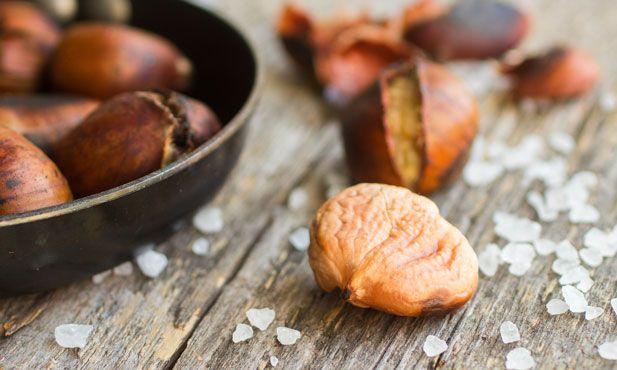 As castanhas são um fruto que lembra o Outono. Quando os dias começam a arrefecer, as ruas são invadidas pelo cheiro das castanhas assadas no carvão.