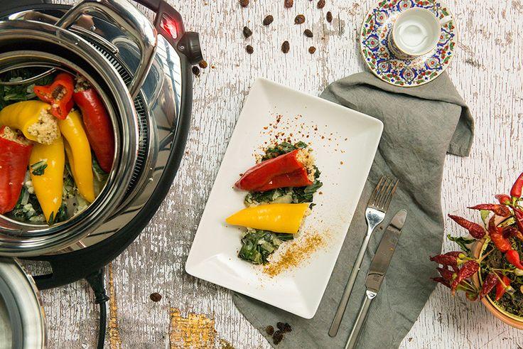 Блюдо для вегетарианцев, а также для тех, кто хотел бы им стать ;) Пусть и на один день!  Перец фаршированный с кускусом :https://goo.gl/i3TFE0  Ингредиенты: 350 гр салата или мангольд 1/2 луковицы 1 зубчика чеснок 8 небольших сладких перца 1 чашка готового кускуса 20 гр изюма Смесь специй Гарам Масала Хлопья перцы чили Соль, перец 120 мл овощного бульона  Приготовление: 1. Помойте листья салата и порвите мелко. Почистите лук и чеснок, положите в измельчитель Quick Cut и мелко порубите…