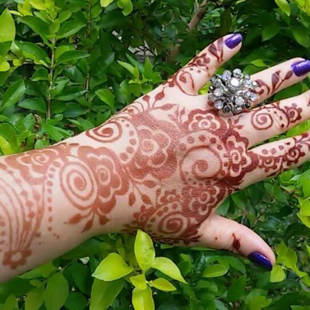 Sou maquiadora e artista de Henna Brasil São Paulo -SP esta henna é padrão Árabe do Golfo no dorso da mão e na palma da mão henna moderna com padrão Indiano. #henna #adrianamoraismua #fashionista  #estilosa #maquiagem #tatuagemdehenna #tatuagem #tatuagemfeminina #sagradofeminino #femininosagrado #hennatattoo  #hennadesign  #hennalove  #mehendi  #mehandi  #hudabeauty #pausaparafeminices #universodamaquiagem_oficial #supervaidosa #maquiagem #wakeupandmakebup #makeupartistworldwide