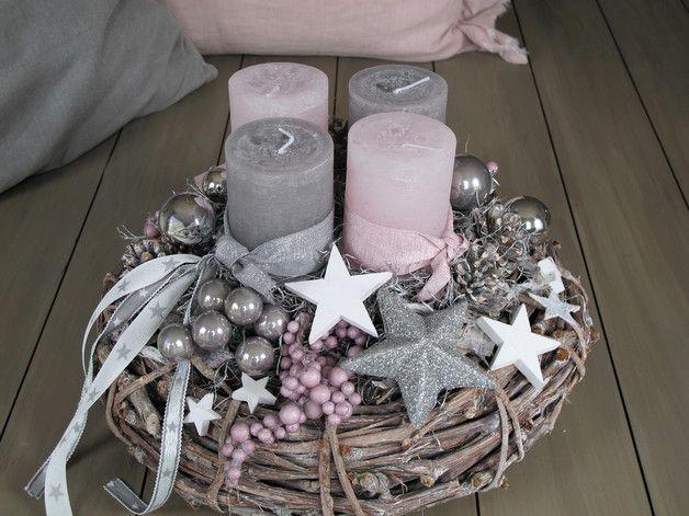 **Adventskranz ★STERNENTRAUM ★** Der dicke grau-braune Rebenkranz wurde mit rosafarbenen und grauen Kerzen, welche mit farblich passenden Bändern umwickelt sind, bestückt. Graue und silberne...