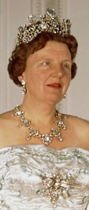 Queen Juliana of the Netherlands wearing the Stuart diadem & parure. The Holland/Stuart Diamond's first documented owner was the future Queen of England, Mary II. The #Tiara worn for the coronation of Queen Wihelmina of the Netherlands in 1898. Dutch #RoyalTiara