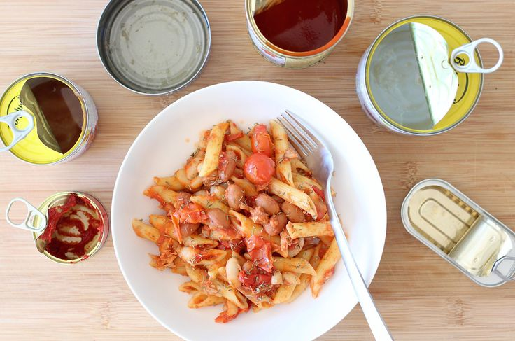 Een heerlijk en simpel recept voor pasta waarvoor je de meeste ingredienten gewoon uit blik haalt. Ideaal voor drukke dagen, want alles staat al in de kast.