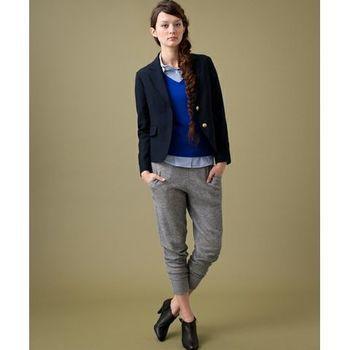 落ち着いたネイビーがとってもお洒落で上品なジャケットを合わせて。 インナーに着たビビッドなブルーのニットも素敵です★ その下に履きたくなるのもやっぱりスウェットパンツ。 きっちりしたコーディネートだからこそ、着ていて楽なものを組み合わせたくなるものです♪