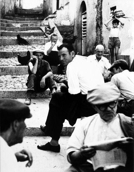 """Il Museo di Roma Intrastevere oggi inaugura la mostra """"Mario Giacomelli. Fotografie dall'archivio di Luigi Crocenzi che potremo visitare al modico prezzo di 6,30 euro fino al 20 gennaio."""