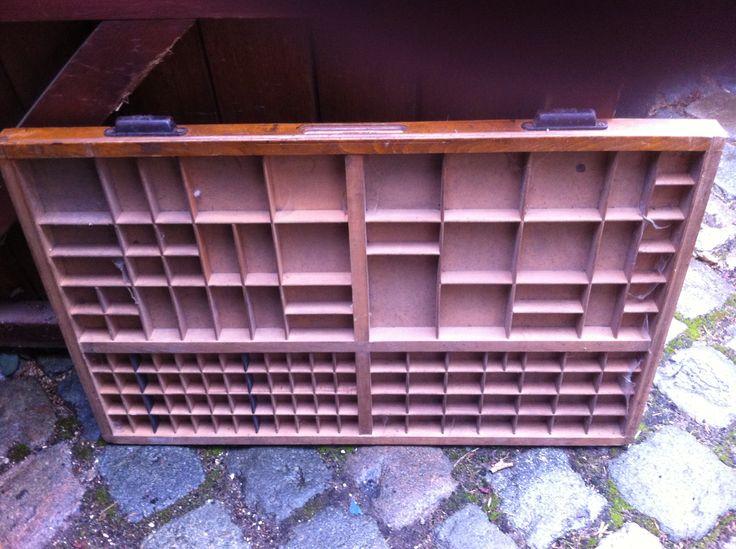 Lade voor m'n restauratieprojekt letterkast. Deze zoek ik dus, met formaat 83x53 cm, Hollandse indeling en handgrepen van Lettergieterij Amsterdam (L.A.) op de laden.