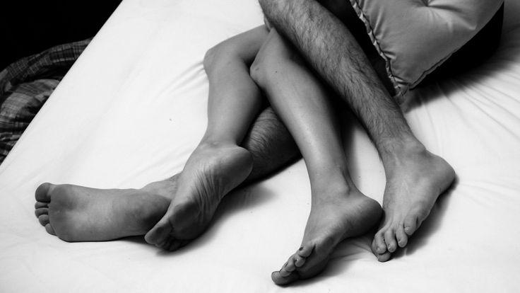 Un estudio de la Universidad de Hertfordshire revela que la postura al dormir revela la calidad de la relación de pareja.