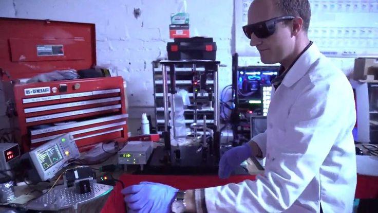 https://youtu.be/t2Mk8xqfpz0 Las impresoras 3D estereolitograficas utilizan un haz de luz láser ultravioleta para solidificar algún tipo de material fotosensible, como resinas líquidas que se endurecen al recibir el haz de luz. También pueden usarse resinas y metales en polvo, como el aluminio, que se funden al contacto con el haz de luz láser y que vuelven a solidificarse rápidamente según los trazos hechos por la luz. En este sentido el funcionamiento de esas impresora es ese...