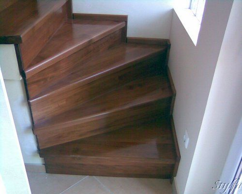 Vasbeton lépcső, fával burkolva