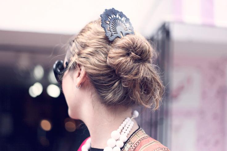 The Vintage Shop _ Otro de los rasgos del estilo de Gloria consiste en agregar pequeñas y fantásticas pinceladas que, en su detallismo, conforman la fuerza creativa de sus looks.
