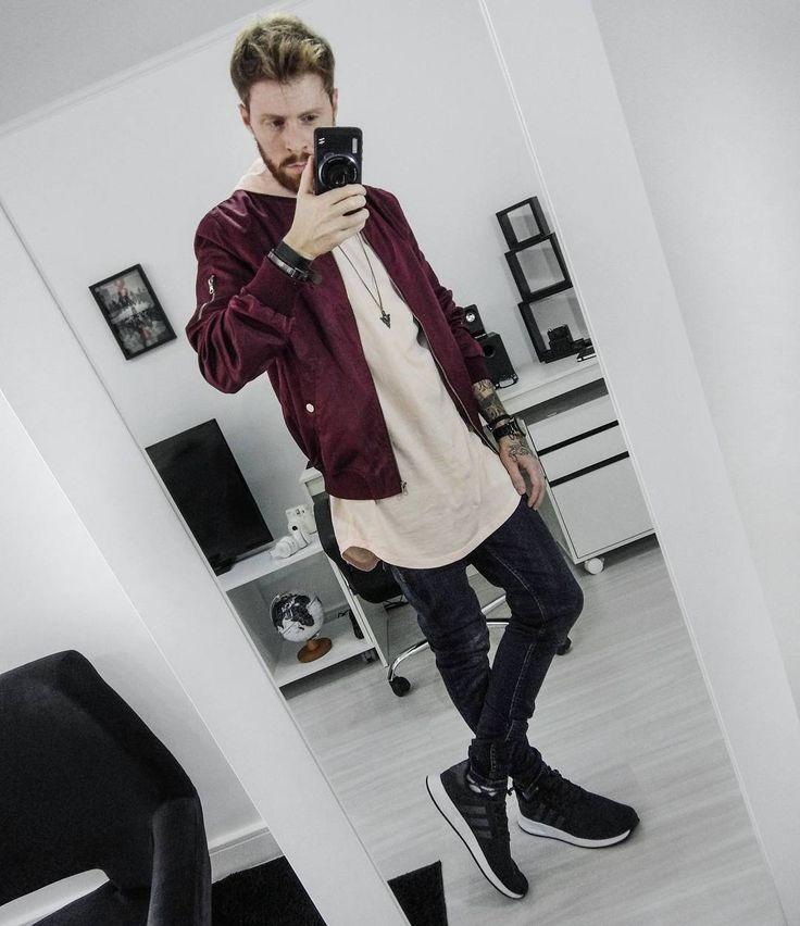 Coloral (Leonardo Leal) do Blog Macho Moda com jaqueta Bomber Burgundy, Camiseta Rosa com Barra Curvada, Calça Jeans Skinny Masculina, Adidas X PLR e Meia Colorida. Moto Z, Moda Masculina, Moda para Homens, Roupa de Homem