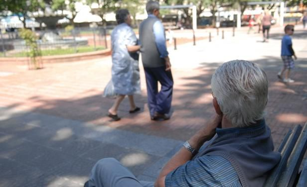 """El fascículo 7 de """"Envejecimiento y personas mayores en Uruguay"""" del """"Atlas sociodemográfico y de la desigualdad del Uruguay"""" fue presentado en el Mides este jueves 23. El trabajo indica que el 90 % de los mayores de entre 75 y 84 años cobran jubilación o pensión. Los datos también afirman que 20 % de …"""