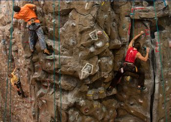 Parete di arrampicata Piazza Martiri Installazione di una parete di arrampicata per avvicinare grandi e piccini alla dimensione verticale. Per provare il brivido dell'arrampicata, assistiti da istruttori qualificati e in completa sicurezza.
