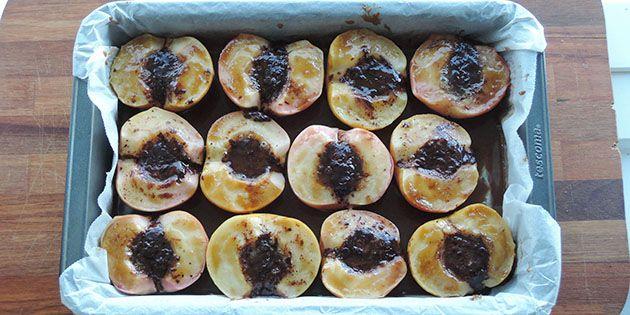 Skønne bagte æbler med en karamelagtig smag fra brun farin. Æblerne fyldes også med chokolade, der smelter og gør æblerne endnu mere snaskede – på den gode måde.