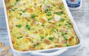 Hartige clafoutis van heek, aardappel en doperwten