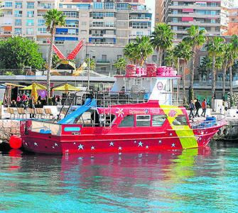 LA PINTA CRUCEROS Excursiones diarias en barco por la bahía de Málaga. Aquiler de barco en privado para fiestas de cumpleaños, despedidas, bodas, comuniones, eventos de empresa, etc...  Muelle 1, puerto de Málaga.  Tlf de info y reservas: 645 815 915  lapintacruceros@gmail.com www.malagaenbarco.com