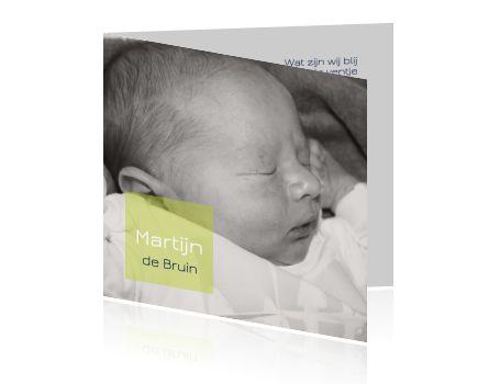 #Hip #geboortekaartje met een #groen #kleurvlak. Met een #modern #lettertype en een #foto in de #kleuren #wit, #donkerblauw en #groen. >>> Je kunt alle ontwerpen aanpassen in de online tool: foto, kleur, tekst, posities en nog veel meer!
