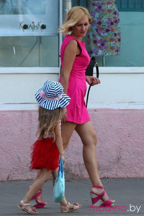 Летняя уличная мода в столице белорусских шахтёров (наряды и образы на фото: мини-платье цвета фуксии, босоножки на танкетке, сине-белая полосатая шляпа)