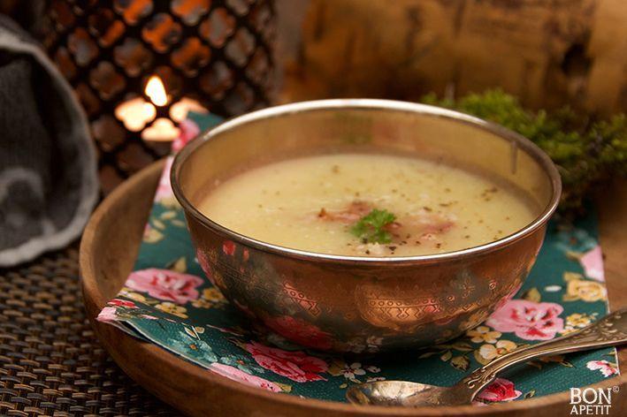 Regen, wind en storm, buiten is het koud. Binnen maak je het gezellig met de kaarsjes en voor jezelf een heerlijke kop selderijsoep! Recept BonApetit.