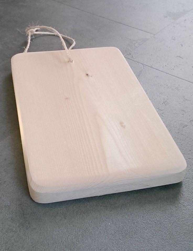 Een serveerplank van onbehandeld steigerhout voor het serveren van hapjes. Deze plank was een onderdeel van een kerstpakket.