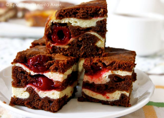 Brownie con crema de queso y cerezas