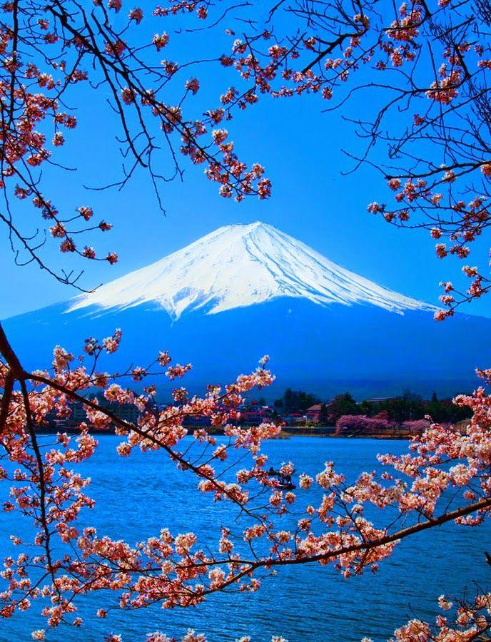 Lago Kawaguchi, Japão. Está situado nas imediações do monte Fuji em Fujikawaguchiko, na província de Yamanashi. Faz parte do Parque Nacional Fuji-Hakone-Izu. Situa-se a uma altitude de aproximadamente 800 metros, o que contribui para que tenha verões frescos e invernos gelados.