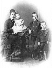 Julia da Silva-Bruhns, genannt Dodo, mit ihren Kindern Julia, Heinrich und Thomas.