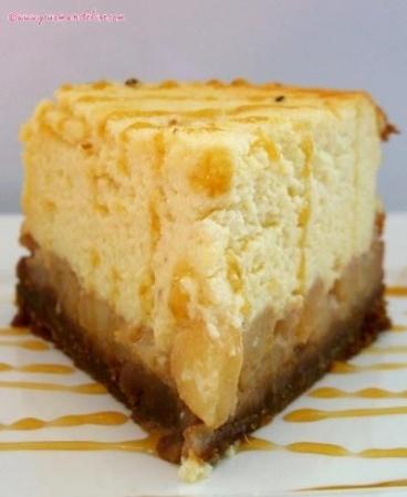 Recette cheesecake aux poires caramélisées par Elise : Ce cheesecake est composé d'une base aux speculoos, de poires caramélisées fondantes et d'une garniture au fromage blanc très mousseuse et aérienne..Ingrédients : sucre, vanille, poire, café, beurre
