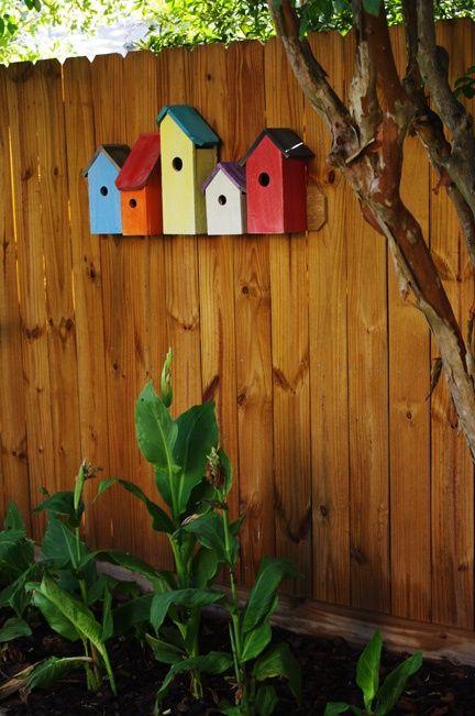 Vogelhuisjes op de schutting