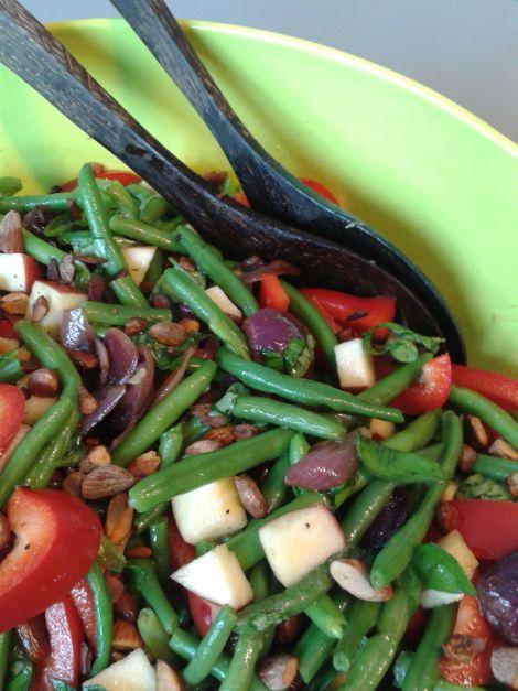 Jeg lavede den her salat den anden dag. Jeg elsker ovnbagte løg og i den her sammenhæng var det prikken over i'et! Ingredienser: 500 g. grønne bønner – frosne er fine, friske er luksus …