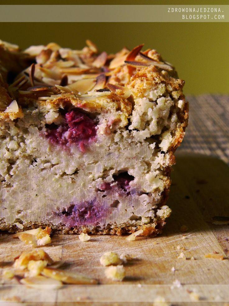 czyli o tym, że zdrowe jedzenie nie musi być nudne :): Ciasto jaglane z malinami i płatkami migdałowymi