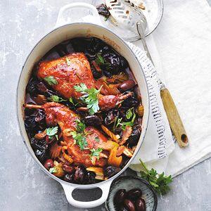 Recept - Gestoofde konijnenbout in rode wijn met olijven - Allerhande. Maar dan met kip!!!