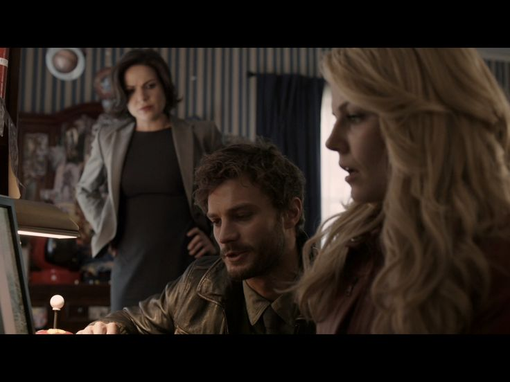 1x1 (emma and the sheriff and regina in henry's room looking for henry and searching his computer)