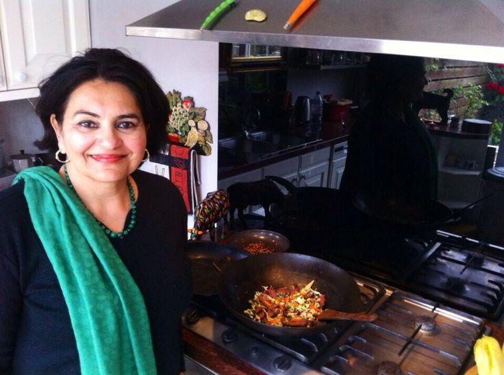 Ik ben Mama Shireen. Ik ben geboren in Pakistan en van kinds af aan heb ik van mijn moeder leren koken. Alle recepten zijn familierecepten, afgeleid van de keukens van Maharadja Hari Singh van Kasmir. Nee, ik ben geen Pakistaanse Royal, maar mijn opa was de minister van financiën voor de Maharadja en mijn oma en moeder waren daar kind aan huis. Hierdoor kwamen mijn oma en moeder in aanraking met de rijke, adellijke en culinaire tradities van de hofhuishouding van de Maharadja.