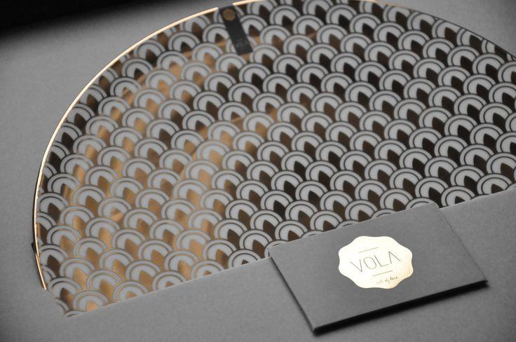 TALERZ POZŁACANY 32 CM Polska marka Vola to nowoczesny wygląd, proste formy oraz monochromatyczne zdobienia. Produkty zachwycają unikalnym wzornictwem oraz różnorodnością dekoracji – od subtelnych po wyraziste.