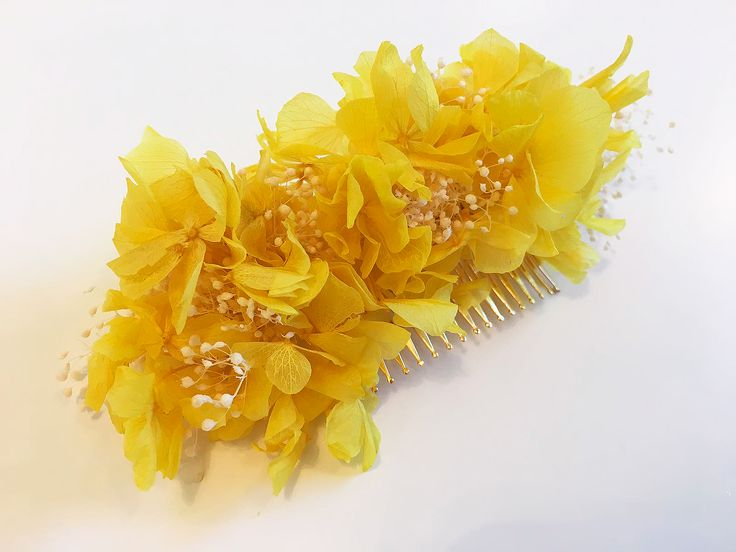 ¡Atrévete e ilumina tu look con un #tocado amarillo! #florespreservadas #hortensias #paniculata #bodas #eventos #donostia #hechoamano