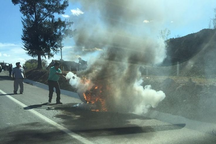 En las afueras de Morelia, una motocicleta se incendió hace unos minutos en Salida a Pátzcuaro, poco después de pasar el Fraccionamiento Xangari – Morelia, Michoacán, 24 de marzo de ...