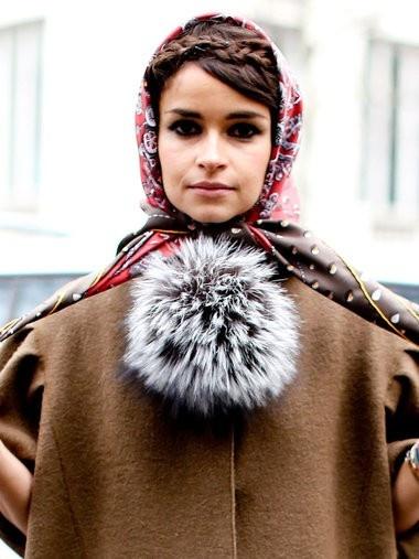 前髪はサイドに流し、カチューシャのように三つ編みをフロントで交差した小粋なヘアがお似合い。大判のスカーフを巻いて、レトロモードな雰囲気に