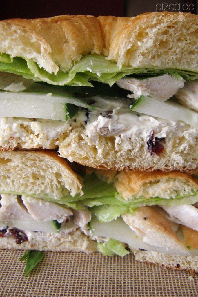 Cuernito o croissant con pavo, pepino, queso crema con nuez y arándanos www.pizcadesabor.com