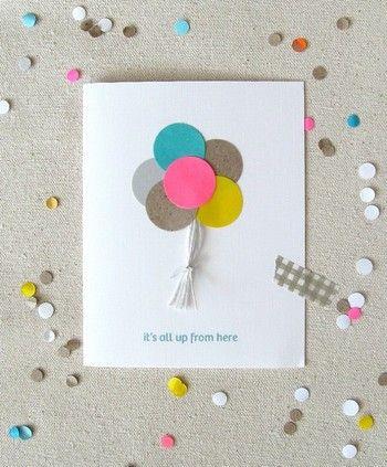 丸くくり抜いた色とりどりの紙に紐をつけたら・・・バルーンの完成♪