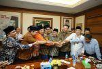 Tampar SAS kader NU mundur massal   JAKARTA (Arrahmah.com)  Seluruh elemen dari PBNU atau Pengurus Cabang NU di Aceh Barat Daya (Abdya) membubarkan diri. Ini merupakan tamparan keras untuk Pengurus Besar Nahdlatul Ulama (PBNU) yang dipimpin Said Agil Siraj (SAS).  Mereka sacara tegas menyatakan mundur dari ormas Islam terbesar di Indonesia itu karena ulah dari Ketua Umum PBNU Said Aqil Siroj yang mendukung pasangan calon Gubernur dan Wakil Gubernur DKI Jakarta Basuki Tjahaja Purnama (Ahok)…