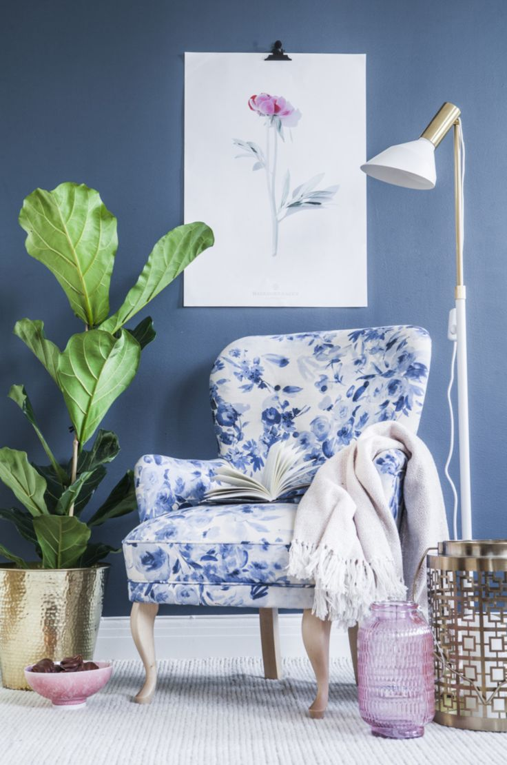 Inreda vardagsrum är inte alltid lätt. Här får du inspiration i både romantisk, modern och klassisk stil. Få också expertens tips till inredningen.   This chair needs darker legs, but the upholstery fabric is perfect!
