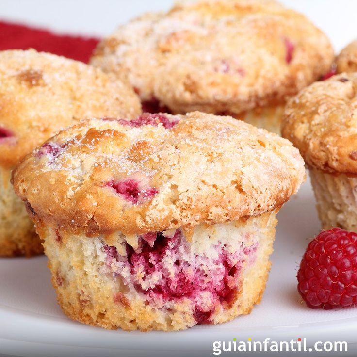 Los frutos rojos se usan en muchas recetas para niños, como esta sencilla receta paso a paso de muffins de frambuesa y vainilla con aroma de limón.