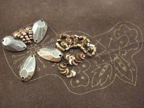 11月20日投稿分の 田川啓二さんのビーズ刺繍のアクセサリーレッスン分 完成しました!! 茶色の布に ビーズ刺繍をしていきます 刺...