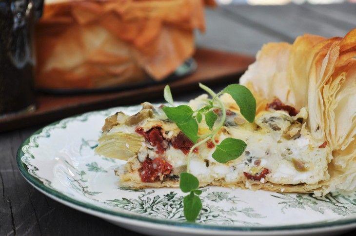 En vegetarisk, frasig och smakrik paj med det bästa från medelhavet. Perfekt till sommarens alla bufféer eller lätta luncher!